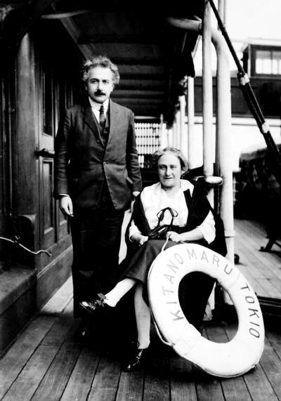Альберт со своей супругой Эльзой во время путешествия в Японию. 1922 г.