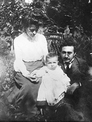 Милева Марич и Альберт Эйнштейн с сыном Гансом-Альбертом, 1905 год