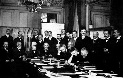 Первый Сольвеевский конгресс.1911 г. Эйнштейн второй справа.