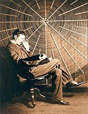 Н. Тесла с «Теорией натуральной философии…» Руджера Бошковича на фоне катушки ВЧ трансформатора в своей лаборатори на Хаустон-стрит